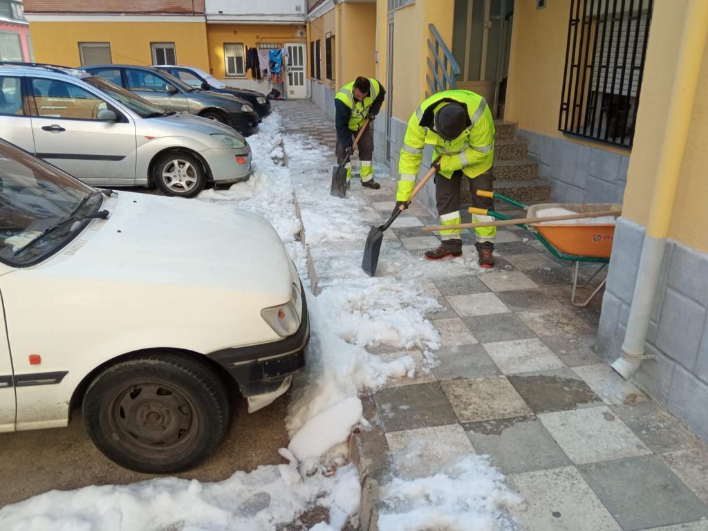 El Ayuntamiento mantiene activo su dispositivo de retirada de nieve