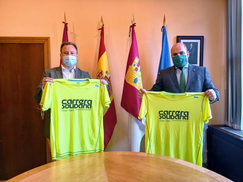 IX Carrera Solidaria de Eurocaja Rural. El alcalde recibe su camiseta
